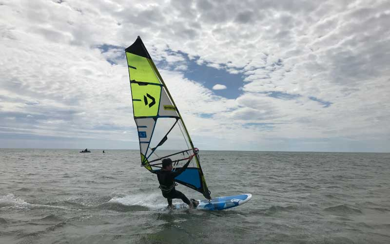 windsurf-gruissan-enfant
